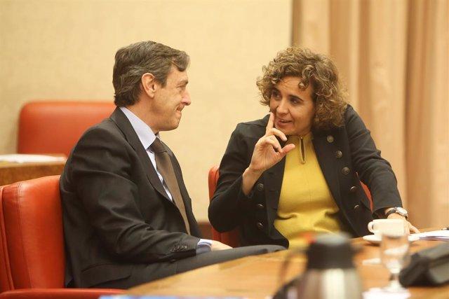 La vicepresidenta del Govern, Carmen Calvo, vas agafar a la reunió de la Diputació Permanent al Congrés dels Diputats