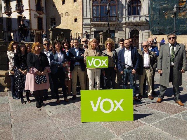 La candidata de Vox a la Alcaldía de Oviedo, Cristina Coto, presenta su candidatura en la plaza de la Catedral