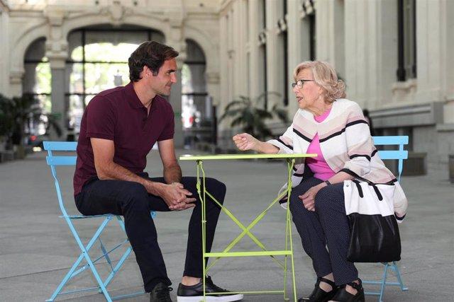 La alcaldesa de Madrid, Manuela Carmena, recibe al tenista, Roger Federer, en el Palacio de Cibeles de Madrid