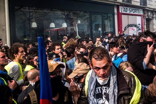 Paris May Day protests turn violent