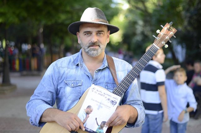 El cantautor Tontxu presenta en Cáceres su primer libro en el que relata sus experiencias en Sierra de Gata