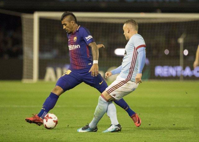 Paulinho pelea un balón con Iago Aspas en un Celta - Barça