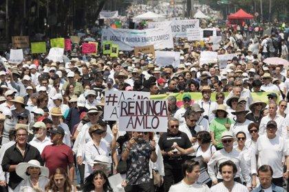 Miles de personas salen a la calle en México para pedir la dimisión de López Obrador