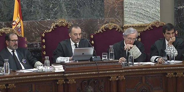 El tribunal cierra el calendario de abril con más observadores y testigos de las defensas