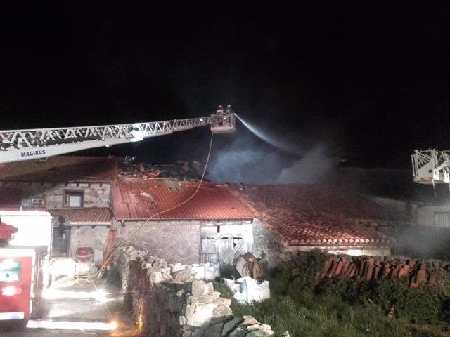 Un incendio calcina una vivienda en Campoo de Yuso y daña otras tres