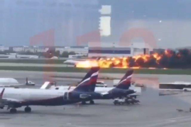 (Ampl.) Confirmados 41 muertos en el siniestro de un avión en un aeropuerto de Moscú