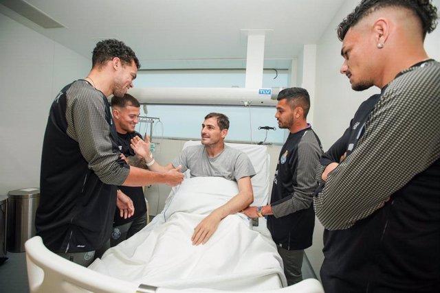 """Iker Casillas evoluciona """"favorablemente"""" y abandona la UCI"""