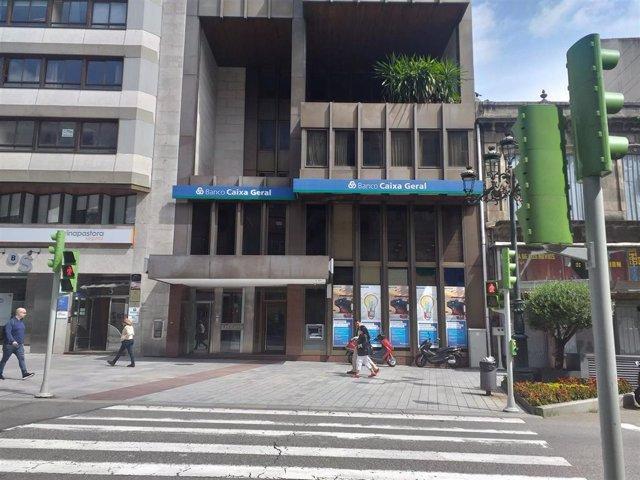 La Policía busca a un varón que atracó una sucursal bancaria del centro de Vigo a cara descubierta