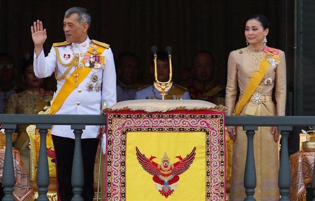 Tailandia.- El rey tailandés saluda al pueblo junto a su nueva esposa desde el balcón de palacio