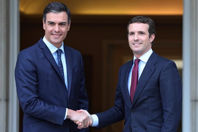 El presidente del Gobierno en funciones, Pedro Sánchez, recibe al líder del PP,