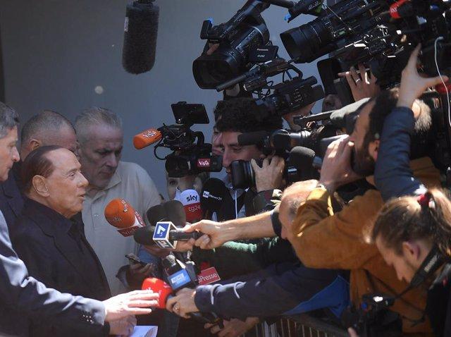 """Italia.- Berlusconi abandona el hospital tras el """"susto"""" con la intención de seguir en campaña"""