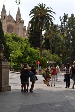 Turistas se toman una foto en el Paseo del Borne (Palma).