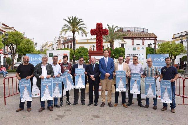 Sevilla.- Villalobos y el alcalde de Lebrija comprueban las mejoras en el polideportivo municipal y el viario del centro