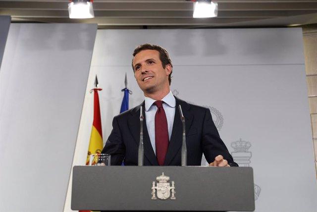 El presidente del Gobierno en funciones, Pedro Sánchez, recibe al líder del PP, Pablo Casado en Moncloa