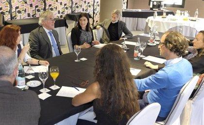 Gema Igual se compromete a potenciar los eventos en la plaza Porticada y el Mercado del Este