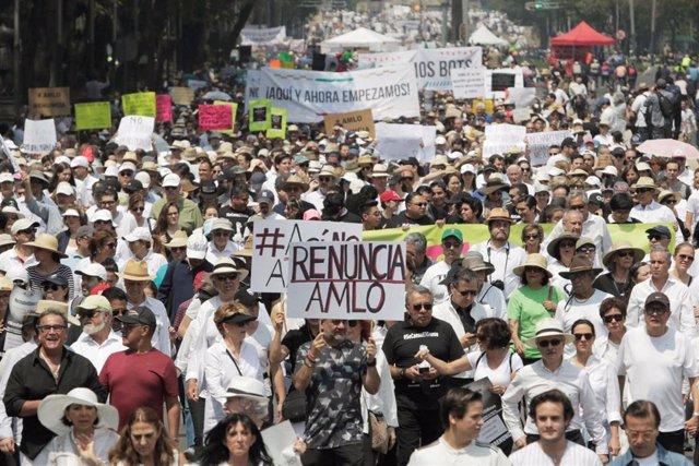 México.- Miles de personas salen a la calle en México para pedir la dimisión de López Obrador