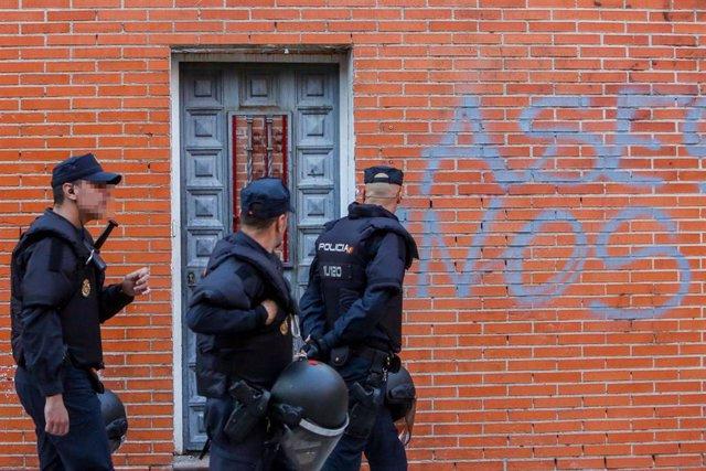 Concentración de vecinos en Vallecas (Madrid) tras el asesinato a puñaladas de un hombre