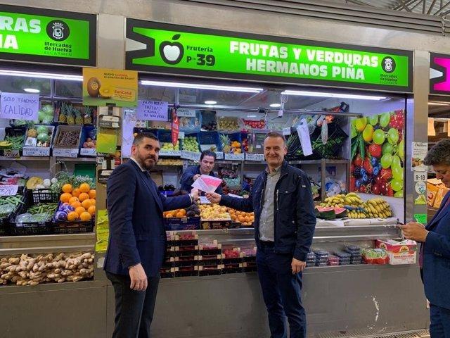Huelva.- Interfresa y Fedemco detallan el etiquetado de los envases de fresas en el Mercado del Carmen de la capital