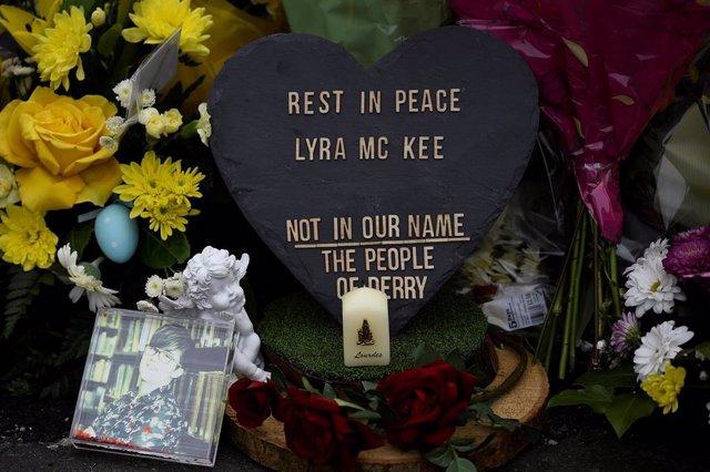 Úlster.- Un colorido mural sustituye a un grafiti pro IRA en el lugar donde fue asesinada la periodista Lyra McKee