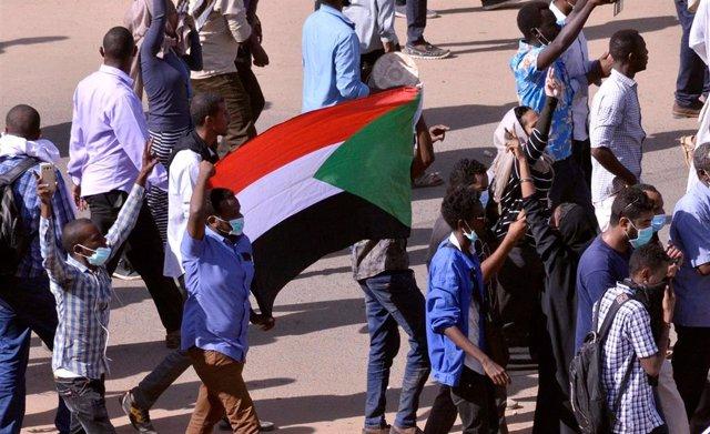 Bandera de Sudán durante una manifestación en Jartum