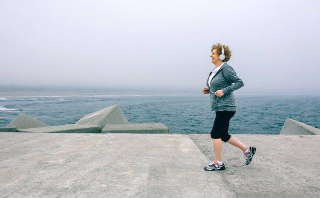 Mujer corriendo, ejercicio, escuchar música, deporte