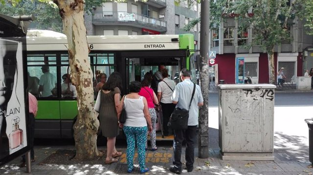 Usuarios de Aucorsa montan en un autobús