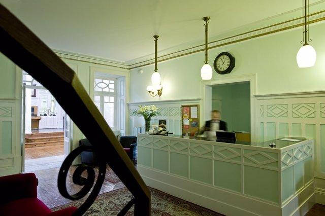 Recepción hotel recepcionista