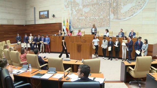 +Eptv: Estudiantes Debaten Sobre Sanidad, Empleo O Asuntos Exteriores En Un Debate Escolar En La Asamblea De Extremadura