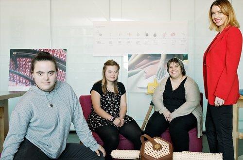 Tres jóvenes con síndrome de Down diseñan bolsos de lujo para Magalie que elige mañana al ganador