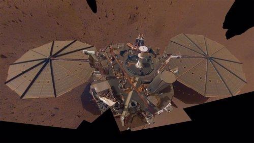 Un 'diablo de polvo' pasa sobre el aterrizador InSight en Marte