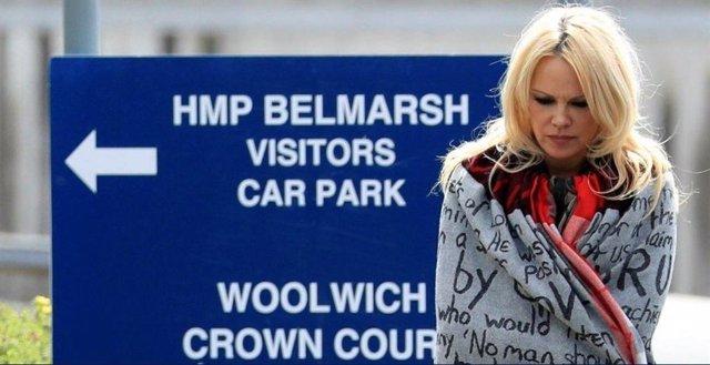 Pamela Anderson visita a Assange en la prisión londinense y pide su libertad