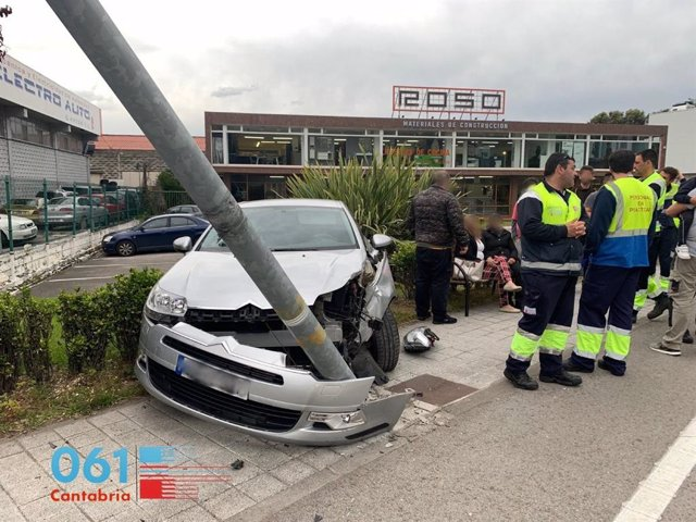 Heridos leves una mujer y su hijo menor tras colisionar su coche contra la farola en Laredo