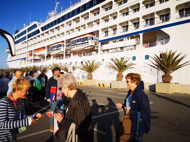 Casi 700 turistas del crucero Sirena desembarcan en el puerto de Almería
