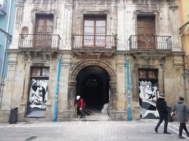 Operarios vacían el Palacio del Marqués de Rozalejo tras un año de ocupación.