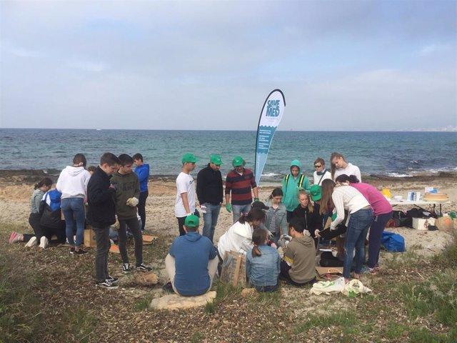 Más de 2.000 voluntarios participan en medio centenar de batidas para limpiar las costas de Palma