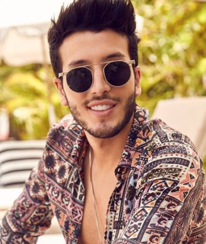 """Sebastián Yatra """"roba un beso"""" en directo a una participante de 'La Voz Kids Colombia'"""