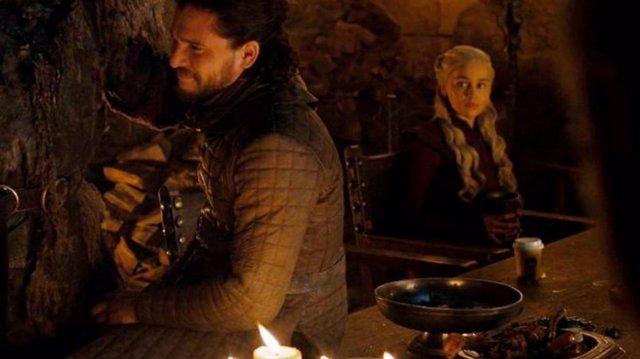 """Genial respuesta de HBO al gazapo del café en Juego de Tronos: """"Fue un error. Daenerys había pedido un té"""""""