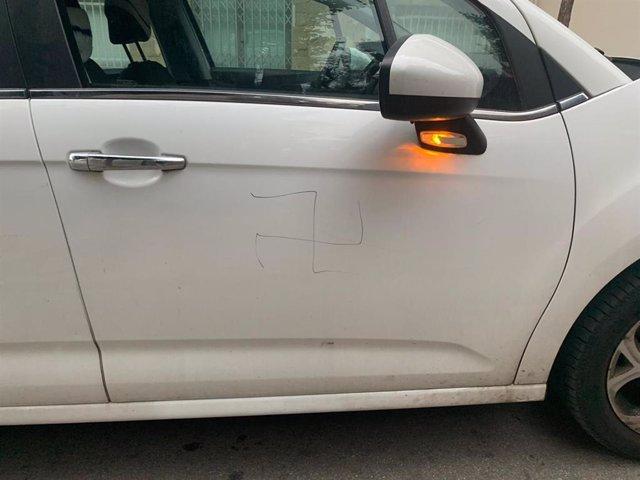 Pintan esvásticas en el coche de un activista LGTBI y concejal de Sant Feliu (Barcelona)