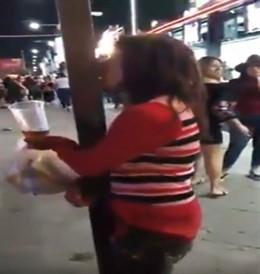Graban a una mujer mexicana ebria besando una farola y el vídeo suscita multitud de memes