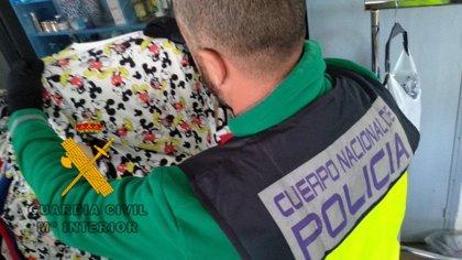 Detenida una brasileña en el aeropuerto de Málaga (España) con cocaína impregnada en el forro de cuatro anoraks