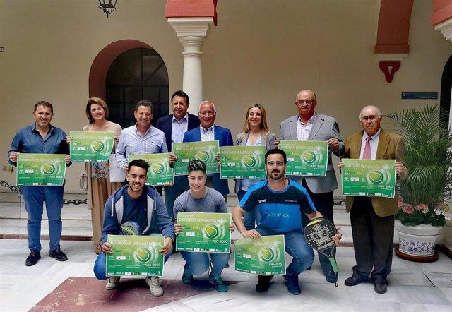 Sevilla.-La alcaldesa de Alcalá de Guadaíra recibe a los organizadores del Campeonato de Andalucía de Pádel Absoluto