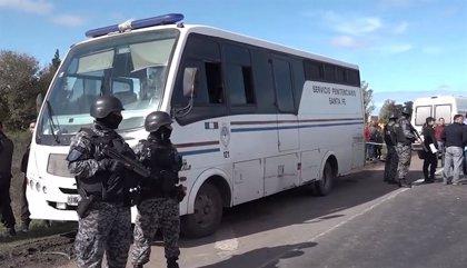 Así escaparon nueve presos de un autobús del servicio penitenciario en Rosario, en Argentina