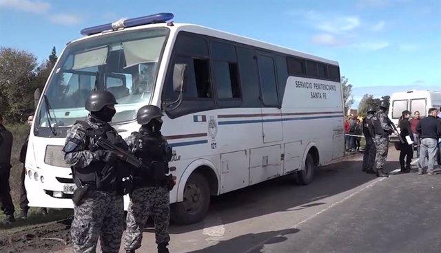 Así escaparon nueve presos de un autobús penitenciario en Rosario, en Argentina
