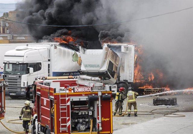 Sevilla.- Sucesos.- Declarado un incendio en un almacén de frutas en La Algaba