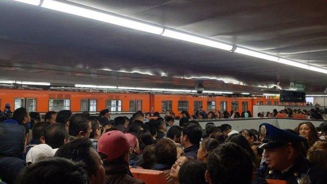 Un colapso en las escaleras mecánicas del metro de Ciudad de México provoca la caída de varias personas