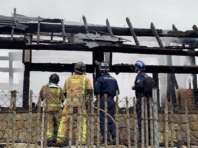 Perros especialistas en incendios llegados de Madrid inspeccionan las instalaciones quemadas en A Chavasqueira