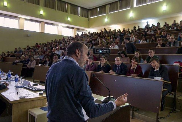 """La Complutense lamenta la muerte del """"profesor"""" Rubalcaba y le agradece su dedicación y trabajo"""