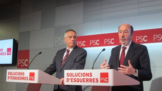 El líder del PSOE Alfredo Pérez Rubalcaba y el del PSC Pere Navarro