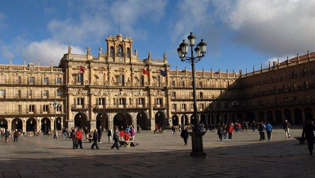 Sucesos.- Sorprendidos dos jóvenes ebrios en la espadaña y tocando las campanas de la Plaza Mayor de Salamanca