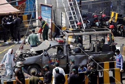 Ascienden a doce los muertos por el atentado cerca de un mausoleo sufí en Pakistán